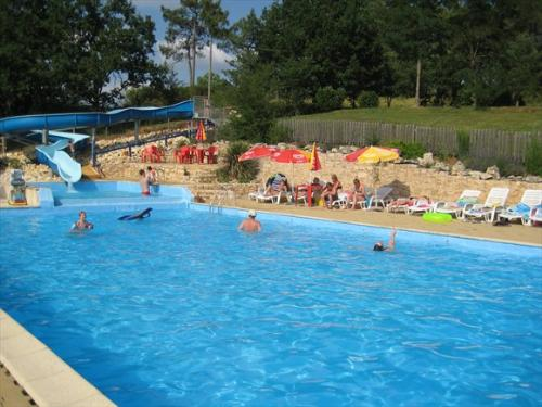 Familiecamping Des Bastides in Salles-Monflanquin is een kleinschalige, groene camping met zwembad, ideaal voor jonge gezinnen in Lot-et-Garonne.