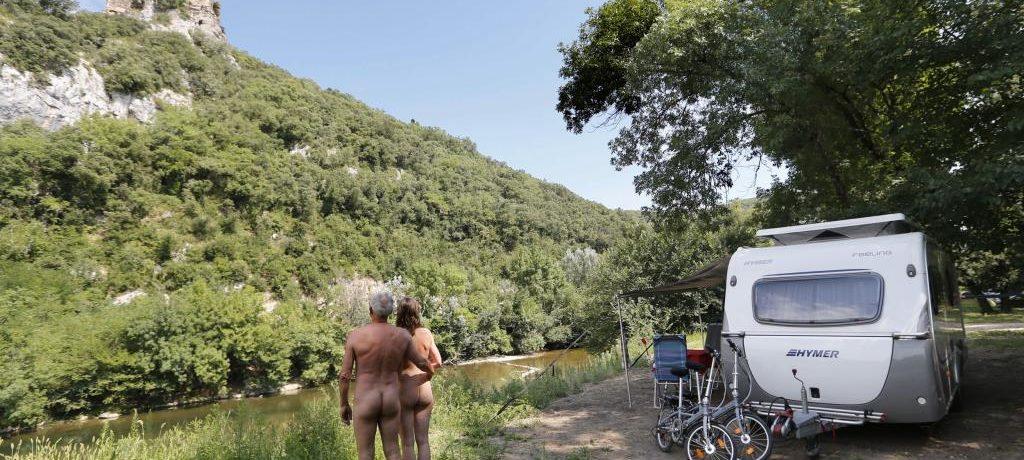 Camping Domaine de la Genèse in Méjannes-le-Clap is een naturistencamping in de Gard aan de oevers van een rivier in de Languedoc-Roussillon.