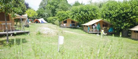 CampingForcalquier is een charmante camping op een bloemrijk kampeerterrein in het hart van de Alpes-de-Haute-Provence.