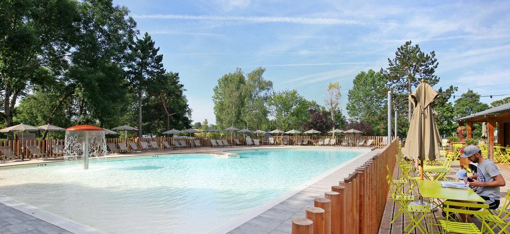 Camping Huttopia Etang de Fouché  in Arnay-le-Duc is een natuurcamping in Côte-d'Or gelegen op het platteland vlakbij de bezienswaardigheden van de regio Bourgogne-Franche-Comté.