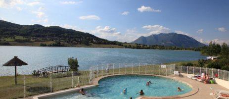 Camping du Lac du Lit du Roi is een gezellige kindvriendelijke familiecamping met zwembad aan een meer met privéstrand in Ain aan de rand van de Franse Alpen.