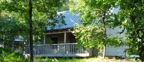 Bungalowpark Castelwood is een fijne kleine natuurcamping in Biron in deDordognemet15 huuraccommodaties.