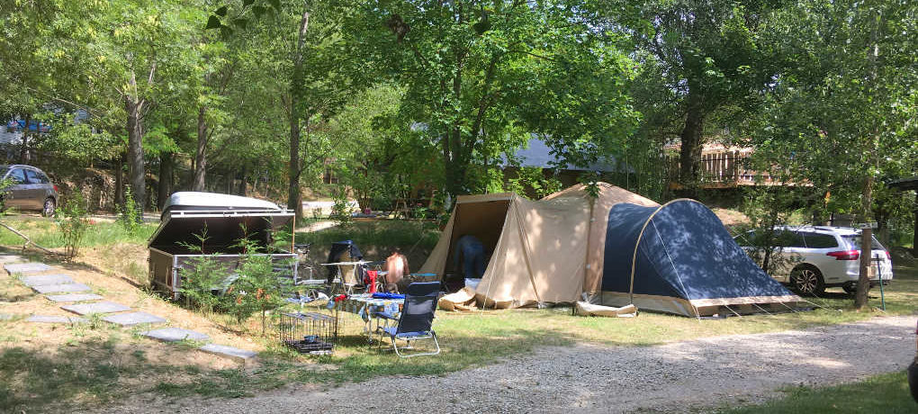 Camping Les Castors in Pierrelongue is een gezinscamping gelegen tussen het groen met uitzicht op de bergen in de Drôme in de Rhône-Alpes.