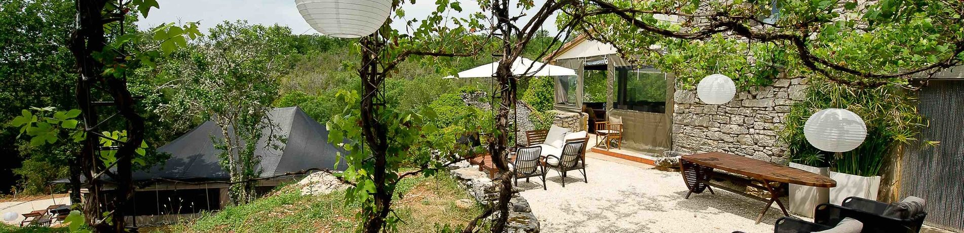 Aux Lodges du Mas de Nadal is een charme camping in het departement Lot gelegen in een groene omgeving midden in de Causses.