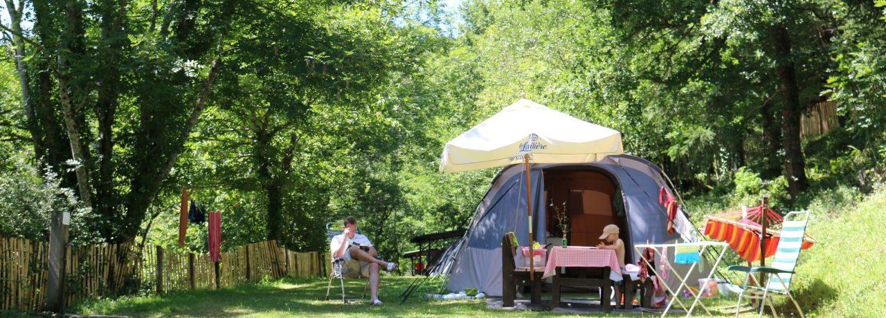 Camping Moulin de Chaules is een fijne kleine charme camping aan een rivier in Saint-Constant in de Cantal met 55 toerplaatsen en 9 huuraccommodaties.