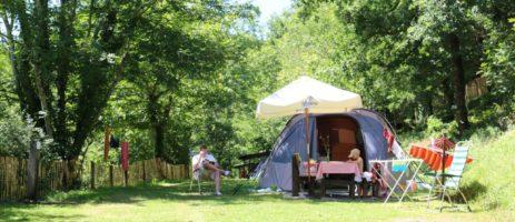 Camping Moulin de Chaules is een gezinscamping midden in de natuur met toegang tot een beekje, op het terrein van een voormalige watermolen, in de Auvergne