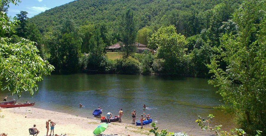 Goed onderhouden charme camping met zwembad gelegen aan de rivier de Lot in Occitanië.