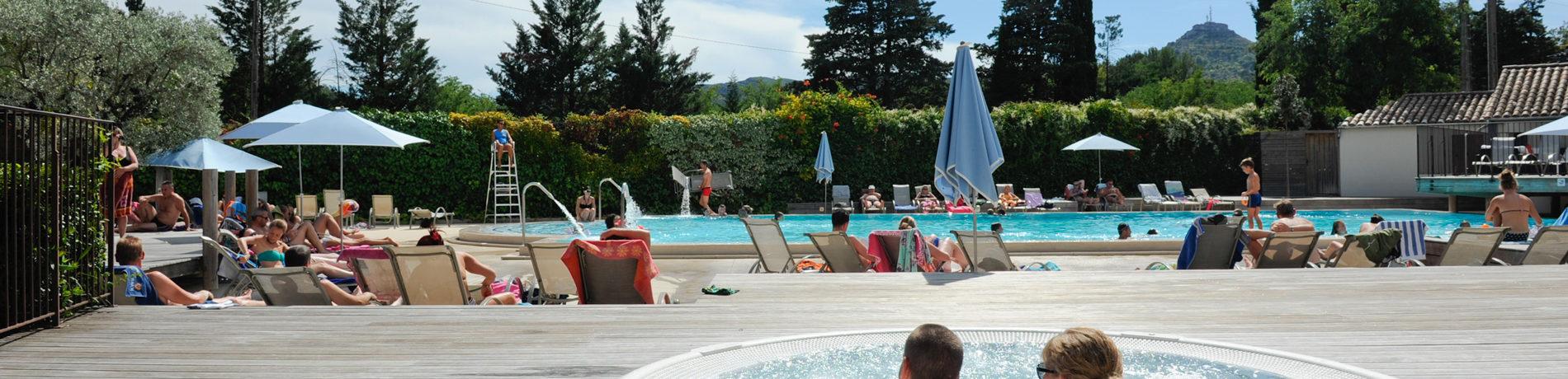 Camping Le Soleil Vivarais in Ruoms is een gezellige familiecamping met veel activiteiten en gelegen aan de oever van de rivier de Ardèche in de Rhône-Alpes.