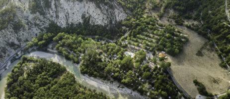 Camping Domaine Chasteuil-Provence in Castellane is een familiecamping vlakbij de Gorges du Verdon op een groot terrein in de Alpes-de-Haute-Provence.