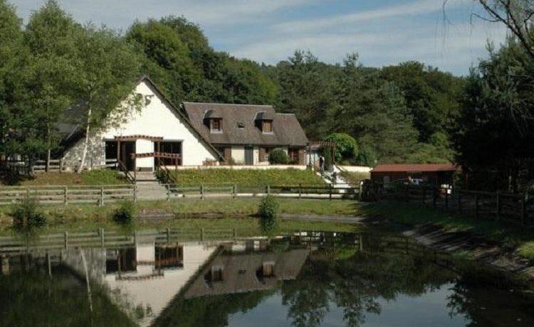 Camping Au Bois de Calais in Corrèze is een gezinscamping op een groot domein van 8 hectare in een natuurlijke omgeving in de Corrèze in de Limousin.