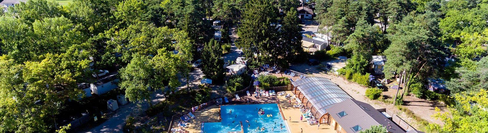 Natuurcamping op een mooi groen kampeerterrein met zwembad aan het meer van Genève (Lac Léman) aan de voet van de Alpen.