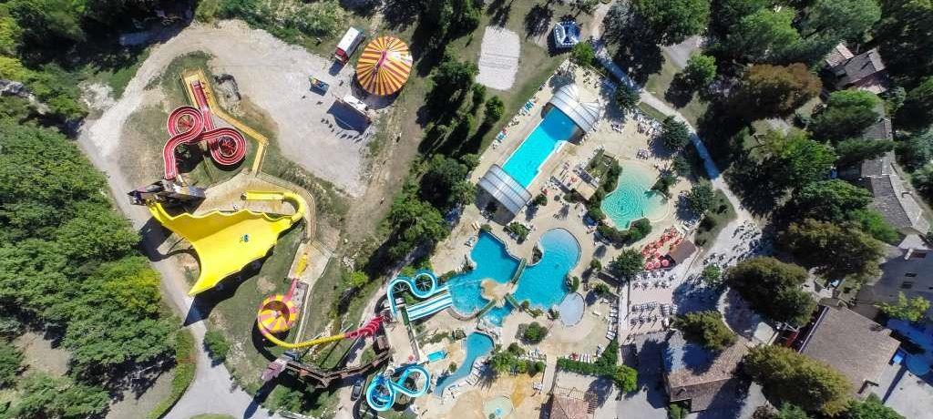 Camping Imbours in Larnas is een vakantiepark in de Ardèche met een prachtig waterpark vol waterglijbanen voor het hele gezin gelegen in de Rhône-Alpes.