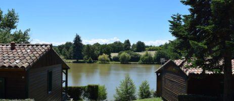 Camping Village Vacances Du Lac in Boulogne-sur-Gesse is een vakantiepark gelegen op het zuiden aan de oever van een meer in de Haute-Garonne in de Midi-Pyrénées.