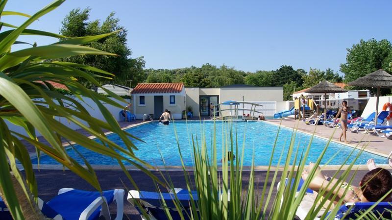 Leuke gezinscamping met zwembad & spa aan het rand van een bos in de Vendée.