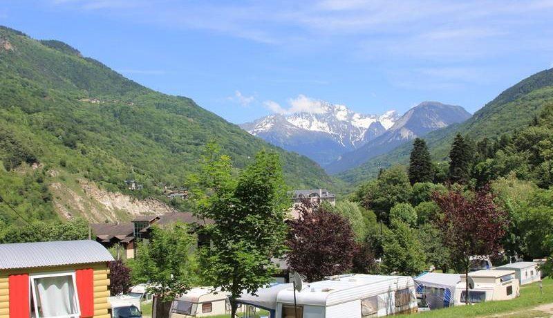 Camping La Piat in Brides-les-Bains is een groene camping gelegen op 5 minuten lopen van het centrum in een rustige omgeving in de Savoie in de Rhône-Alpes.