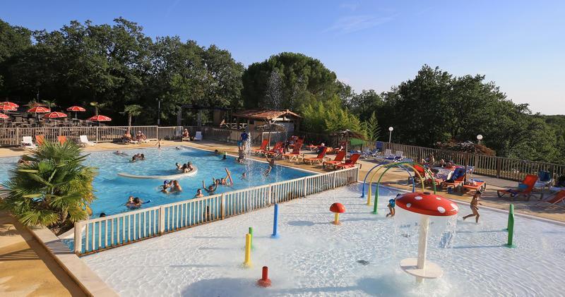 Camping Les Reflets du Quercy in Crayssac is een groene camping gelegen in het bos in de Lot in de Midi-Pyrénées. met verwarmd zwembad en speeltuin.