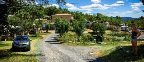 Camping Domaine de Chadeyron in Lagorce is een kleine camping in een natuurlijke en wilde omgeving op een kleine heuvel in de Ardèche in de Rhône-Alpes.