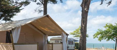 Camping Le Platin in Rivedoux-Plage is een strandcamping direct aan de Atlantische kust in de Charente-Maritime, Poitou-Charentes, met zwembad en kidsclub.