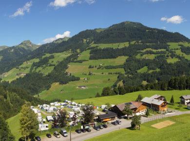 De charme camping Grosswalsertal in Vorarlberg ligt in het midden van de prachtige natuur van het biosfeerpark Großes Walsertal, een zonnig plateau (875 meter) met een sprookjesachtig mooi uitzicht.