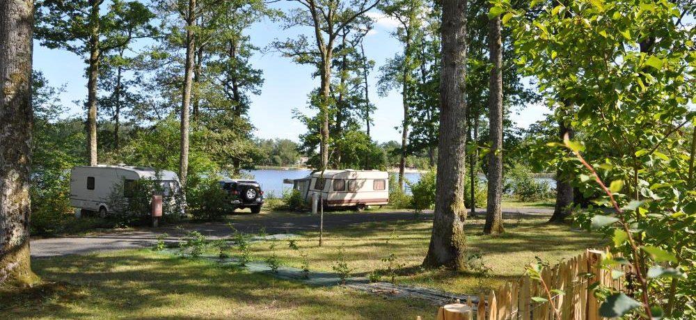 Camping du Grand Etang de Saint-Estèphe in Saint-Estèphe ligt aan een meer in het departement Dordogne in het regionale park Périgord-Limousin en beschikt over 41 grote plaatsen.