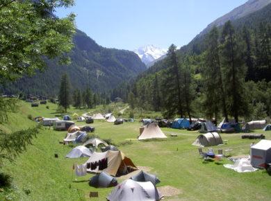 De charme camping Molignon in Les Haudères beschikt over een zwembad en ligt aan een rivier aan de voet van de majestueuze bergen in Wallis (Frans: Valais) in Zwitserland.