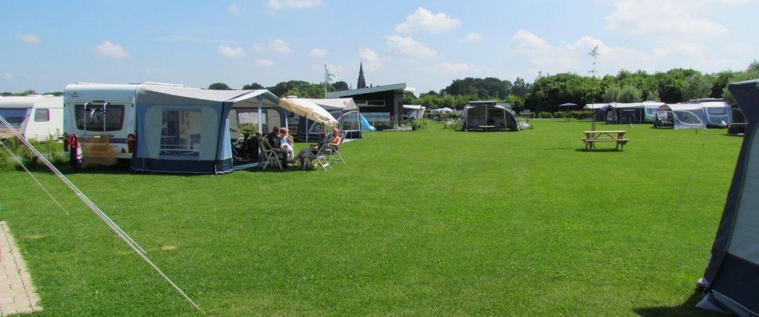 Groene camping aan de waterkant van een bosrijke omgeving in Gelderland, in het hart van de Achterhoek bij het 8 kastelen dorp Vorden.