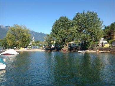 De kleine charme camping Bellavista in Vira Gambarogno ligt ten oosten van en aan de oever van het meer Lago Maggiore in het kanton Ticino in Zwitserland.