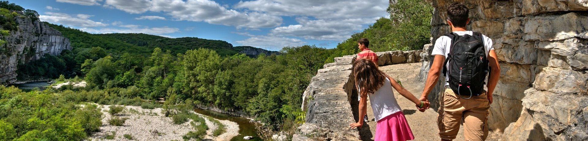 Camping Sun Camping in Sampzon is een gastvrije familiecamping in de Ardèche in het hart van de Alpen op 100 m van de rivier de Ardèche in de Rhône-Alpes.