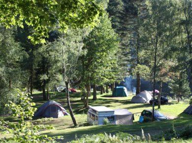 Camping Gademont Plage in Granges-sur-Vologne is een prachtige natuurcamping in de Vogezen aan een zwemmeer in de bergen van de Lorraine.