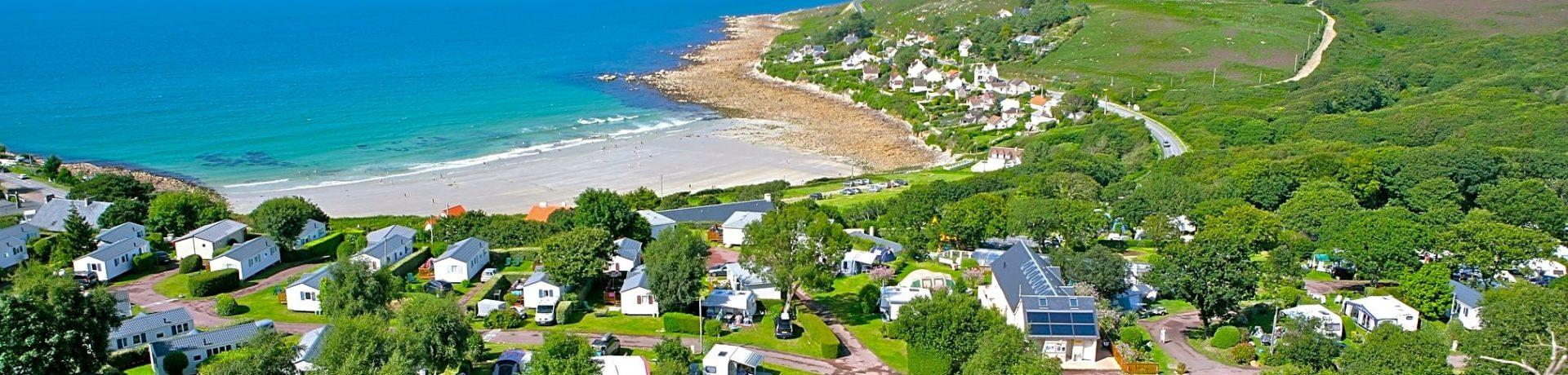 De 5-sterrencamping L'Anse du Brick in Maupertus-sur-Mer is gelegen aan zee in een bebost park in het departement Manche in Normandië.