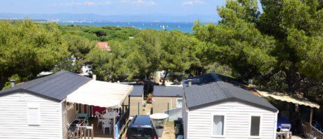 Camping Le Méditerranée in Vias is een kleinschalige familiecamping met zwembad gelegen in de Hérault, direct aan het strand van de Middellandse Zee in de Languedoc-Roussillon.