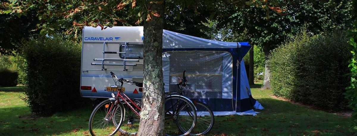 Aangename gemeentecamping (250 plaatsen) met drie sterren in Bagnoles de l'Orne gelegen in het gelijknamige departement de l'Orne in Normandië.