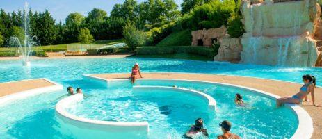 Camping Kanopée Village in Trévoux gelegen aan een rivier op nog geen 30 km van Lyon in het departement Ain in de regio Rhône-Alpes.