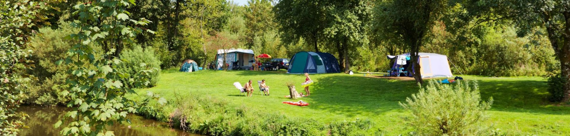 Camping de Chênefleur in Tintigny ist ein Charme Camping mit Schwimmbad in Luxemburg Wallonië am ein fluss.