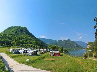 De charme Camping Gajole in Arsiè is een vakantieparadijs aan een meer in de provincue Belluno in Veneto.