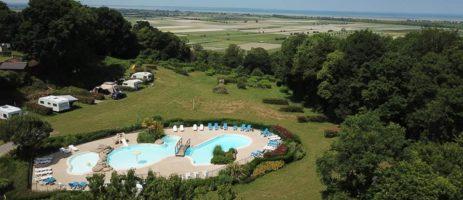 Camping Le Balcon de la Baie is een kleine charme camping met zwembad in Bretagne op 14 km van de Mont-Saint-Michel.
