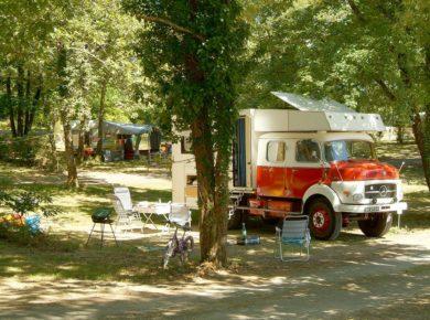Camping d'Orphéo Negro is een mooie natuurcamping gelegen aan een meer in de Dordogne. Deze camping heeft een prachtig zwembad met peuterbadje en is daardoor zeer geschikt voor gezinnen met (jonge) kinderen. Er zijn genoeg mogelijkheden voor de kinderen om zich te kunnen vermaken.