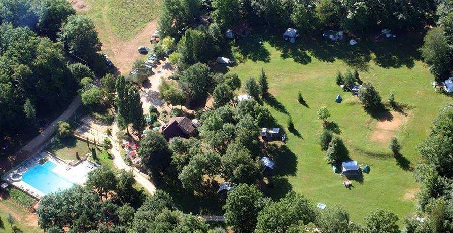 Camping Terme d'Ástor is een rustige naturistencamping gelegen op een heuvelplateau in een glooiende bosrijke omgeving in de Dordogne.