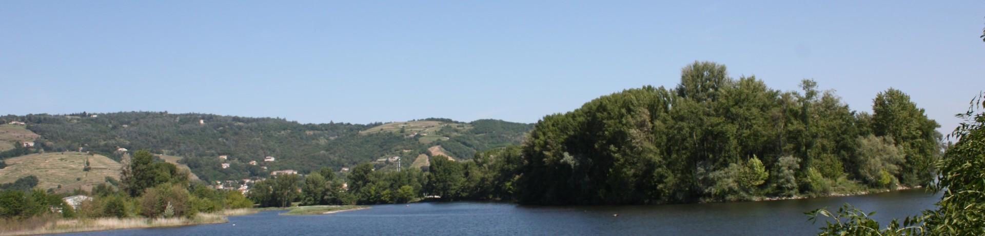 Camping De Tournon HPA in Tournon-sur-Rhône is een natuurcamping in de Ardèche gelegen aan een rivier.