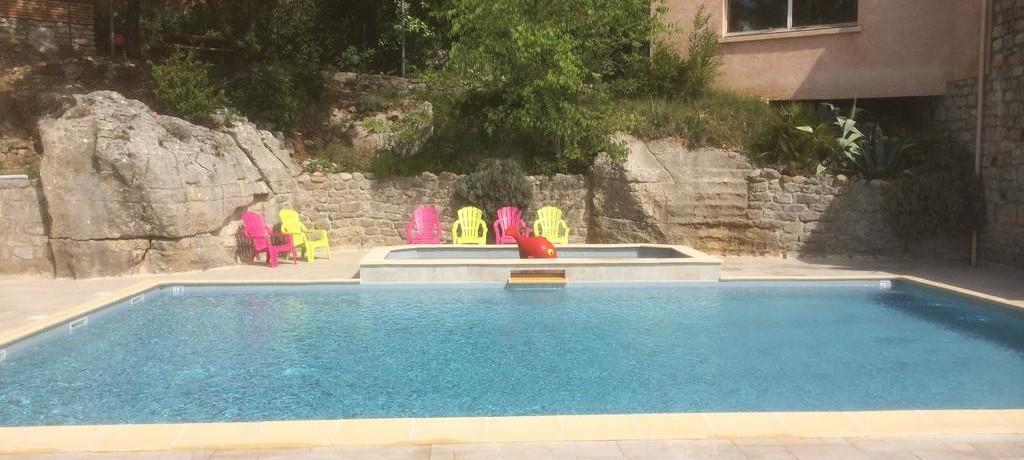 Camping Les Chênes Verts in Vogüé is een kleine camping in de Ardèche met zwembad gelegen aan een rivier.