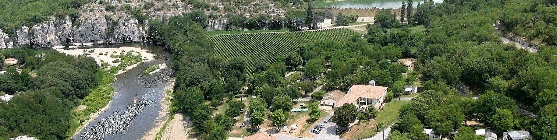 Camping Mazet Plage is een rustige familiecamping in de Ardèche met zwembad gelegen aan de rivier Le Chassezac.
