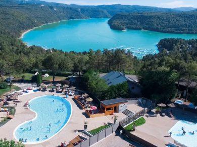 Camping Trélachaume in Maisod is een rustige camping in de Jura met zwembad gelegen in de heuvels bij het meer van Vouglans in de Franche-Comté.