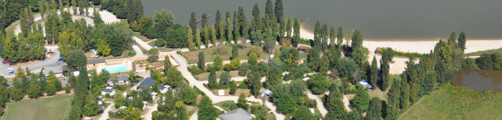 Midden in het hart van de Périgord, op slechts 12 km van Sarlat (Dordogne), geniet je bij Lac de Groléjac in een oase van rust met 95 schaduwrijke kampeerplaatsen.