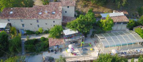 Camping La Beaume in Esparran-de-Verdon is een familiecamping in de Alpes de Haute Provence. Profiteer van de prachtige omgeving en het overdekte zwembad.