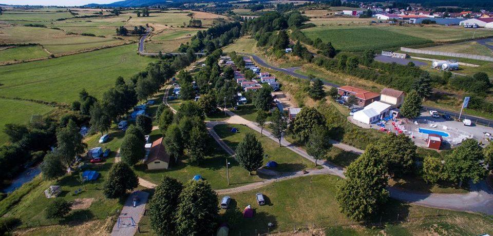 Camping La Cigale de l'Allier is een mooie natuurcamping gelegen aan een rivier in Lozère. De camping is onlangs gerenoveerd en van alle gemakken voorzien.
