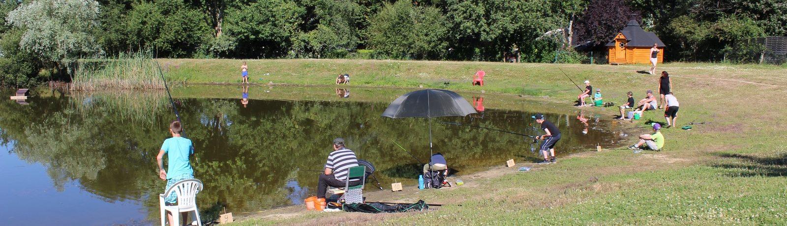 Camping de l'Étang du Pays Blanc is een mooie familiecamping in de Vendée. Deze camping heeft een prachtig zwembad wat afgesloten kan worden als het regent. Het terrein is mooi gelegen en omgeven door groen en natuur.