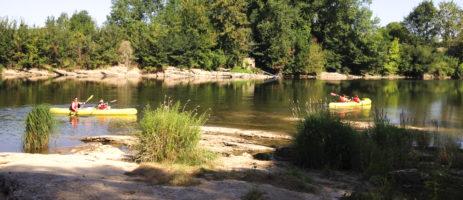 De rustige charme camping Le Clos Bouyssac ligt aan een rivier in het departement de Lot in de regio Midi-Pyrénées.