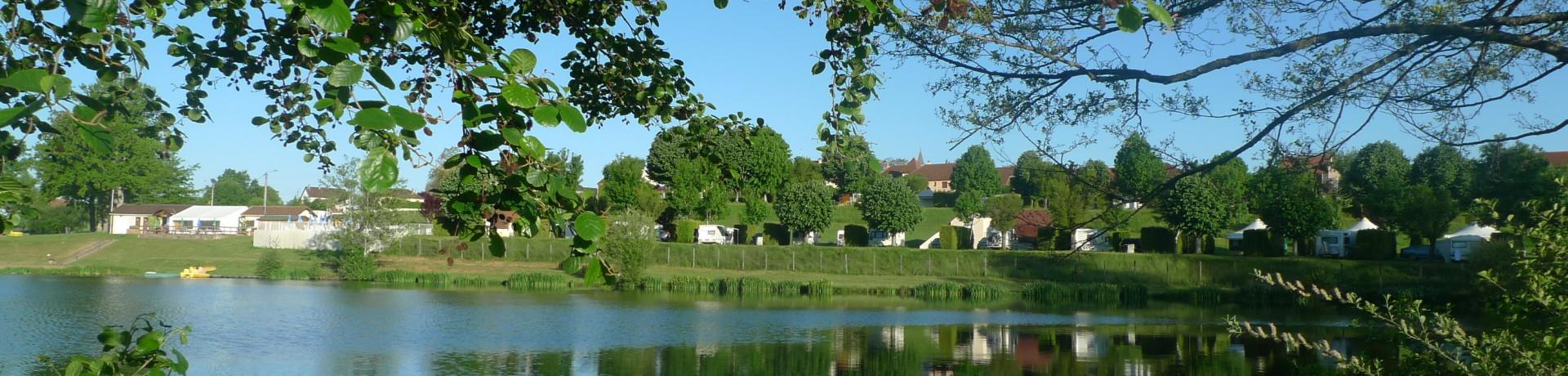 Camping de Montréal is een mooie familiecamping gelegen aan een meer in de regio Limousin. Er zijn mooie faciliteiten om uw vakantie te laten slagen.