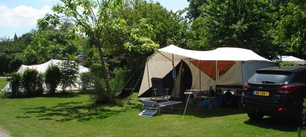 Domaine En Campagne is een gezellige kleine familiecamping met zwembad in de Charente (Poitou-Charentes) midden in de natuur in een schitterende omgeving.