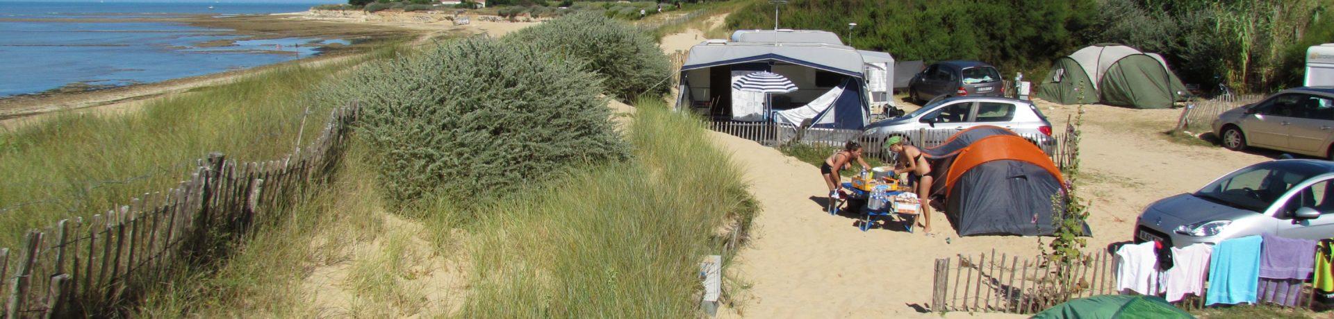 Camping Huttopia Côte Sauvage is een rustige natuurcamping gelegen in Ile-de-Ré in een ongerepte omgeving op 20 meter afstand van het strand.